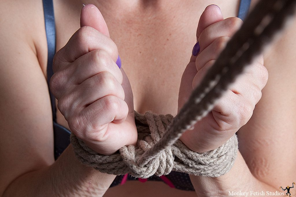 Step 8 - Snug up the cinch ropes and pull the half hitch tight.